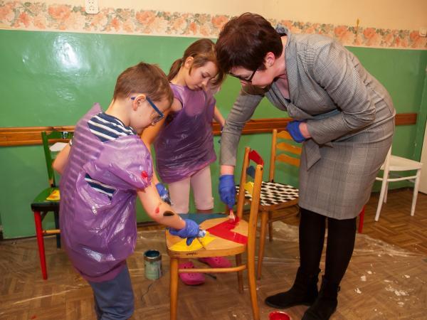W Grzybowicach malowali krzesła!