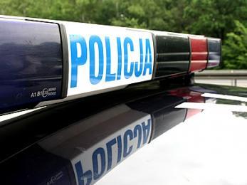 Policja szuka świadków zepchnięcia samochodu z drogi