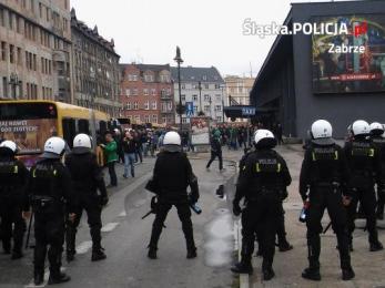 Policjanci dbali o bezpieczeństwo podczas niedzielnych piłkarskich zmagań
