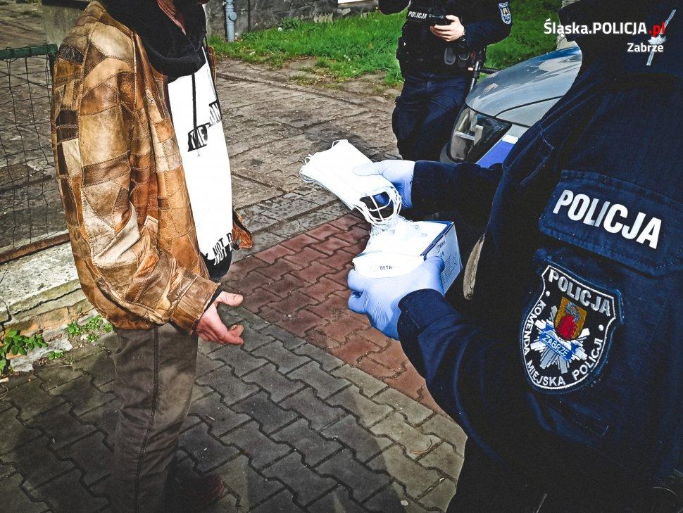 Policjanci rozdawali maseczki podczas majówki