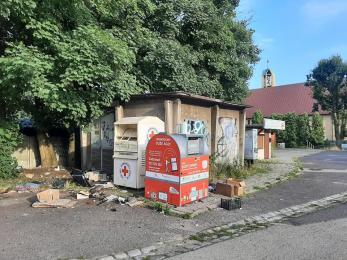 Porozrzucane śmieci przy kontenerach w Maciejowie. To wina nieodpowiedzialnych mieszkańców
