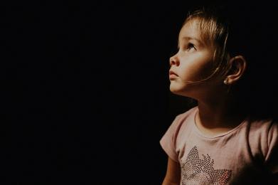 O włos od tragedii! 2-letnie dziecko spacerowało po parapecie przy otwartym oknie